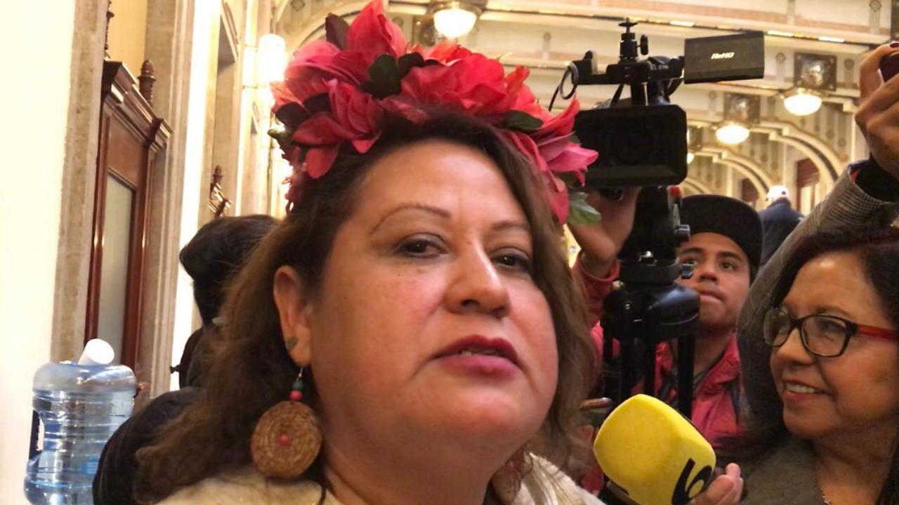Activista entra a conferencia de prensa de AMLO