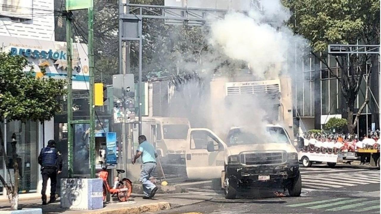 Camioneta de carga se incendia en la colonia Roma