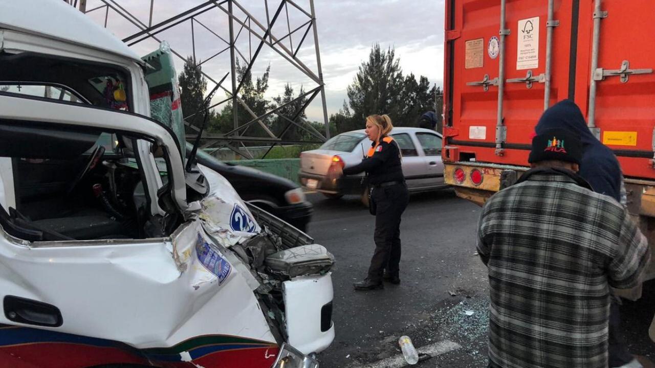 8 heridos en choque de combi con tráiler en Texcoco