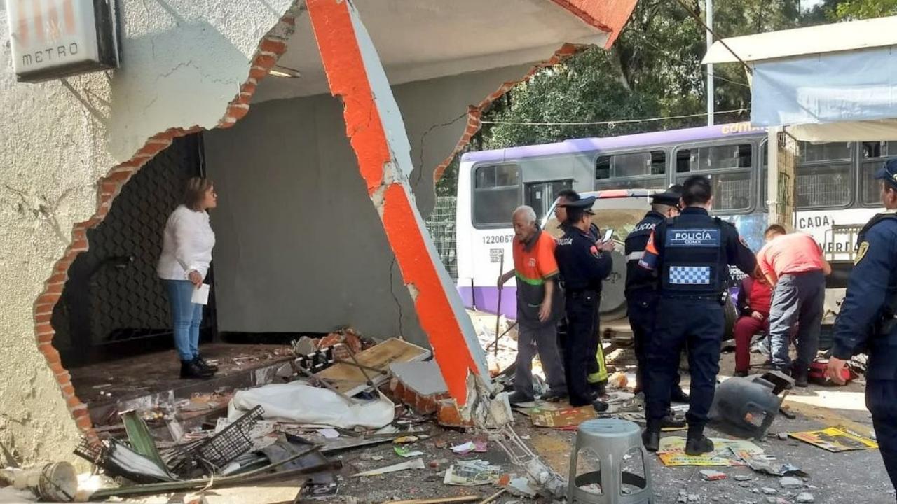 Dos lesionados en choque de camioneta contra muro Metro Protero