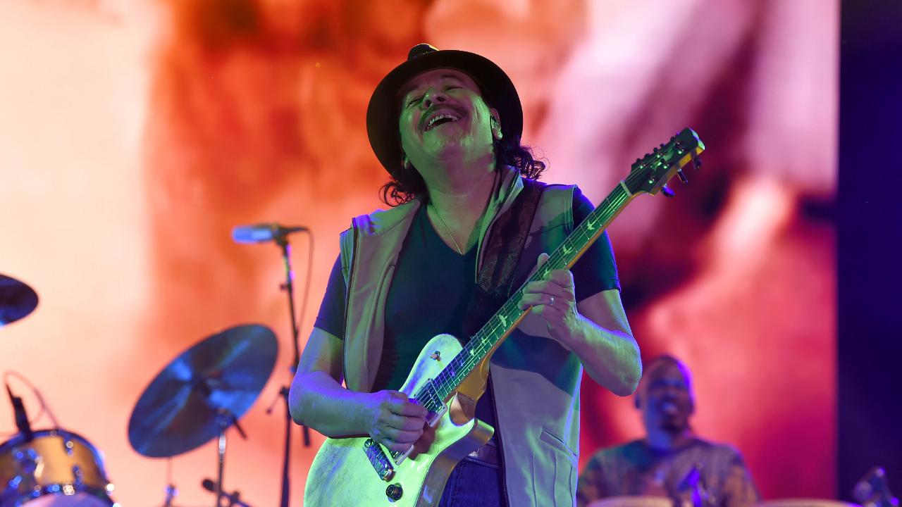 Carlos Santana alza la voz contra muro de Trump