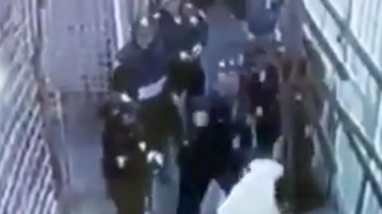 policía golpea mujeres