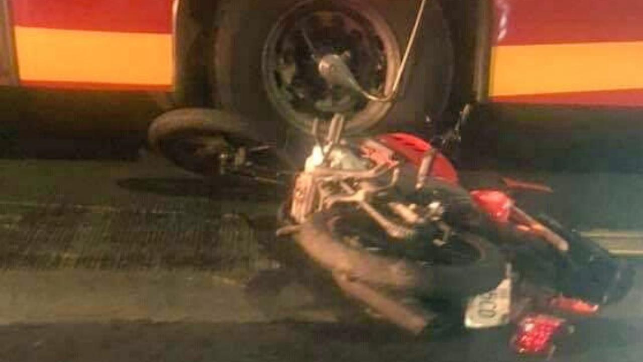Metrobús arrolla a pareja motociclista; la acompañante muere