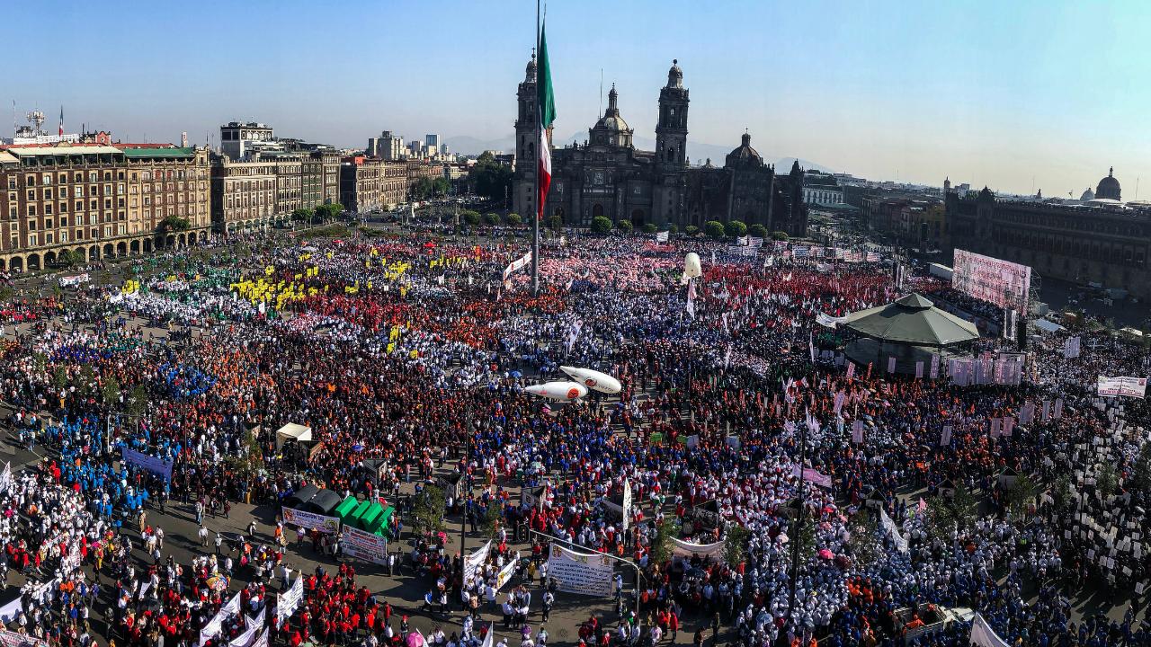 Contingentes marchan al Zócalo por Día del Trabajo