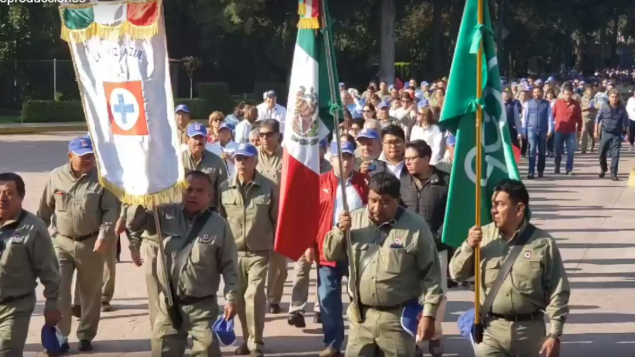 Desfilan trabajadores de Cruz Azul, pese a intento de suspender tradición
