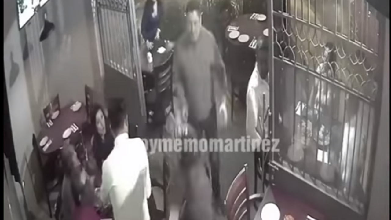 VIDEO Dos personas asaltan restaurante en Azcapotzalco