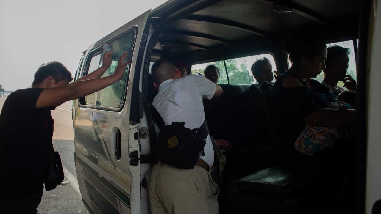 Detienen a dos personas por trasladar migrantes en Veracruz