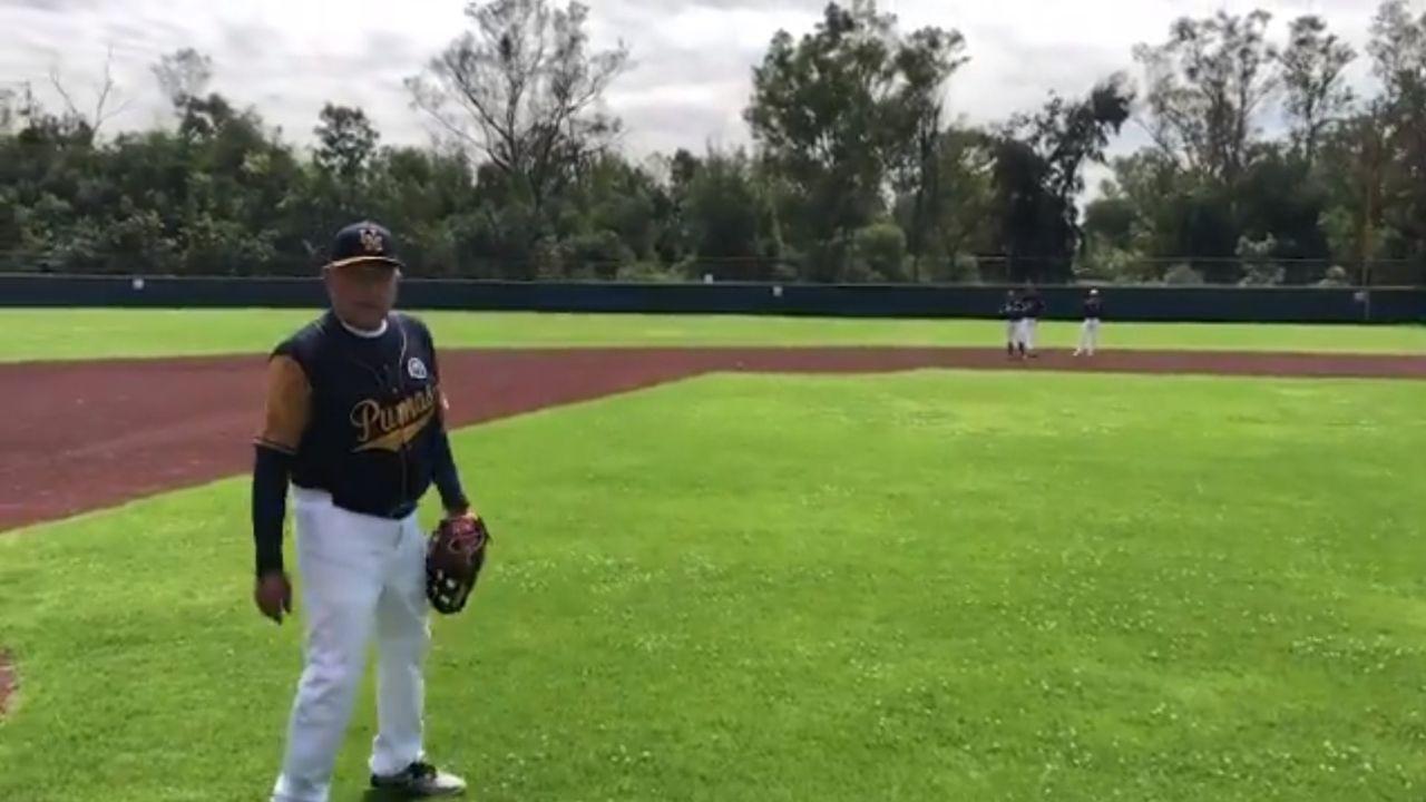 AMLO jugando beisbol