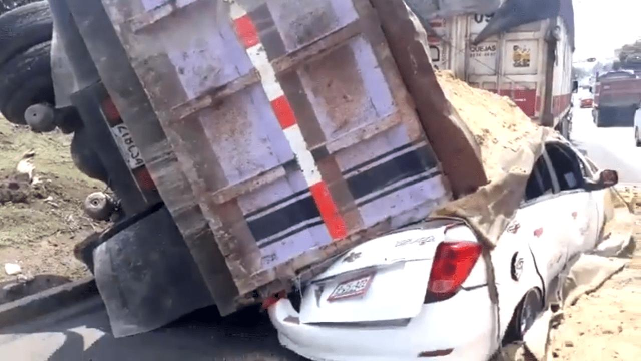 Vuelca camión Iztapalapa