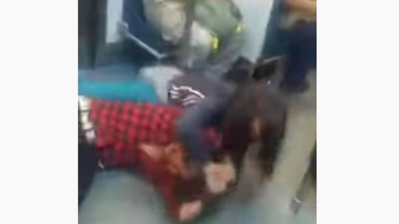 pelean mujer metro