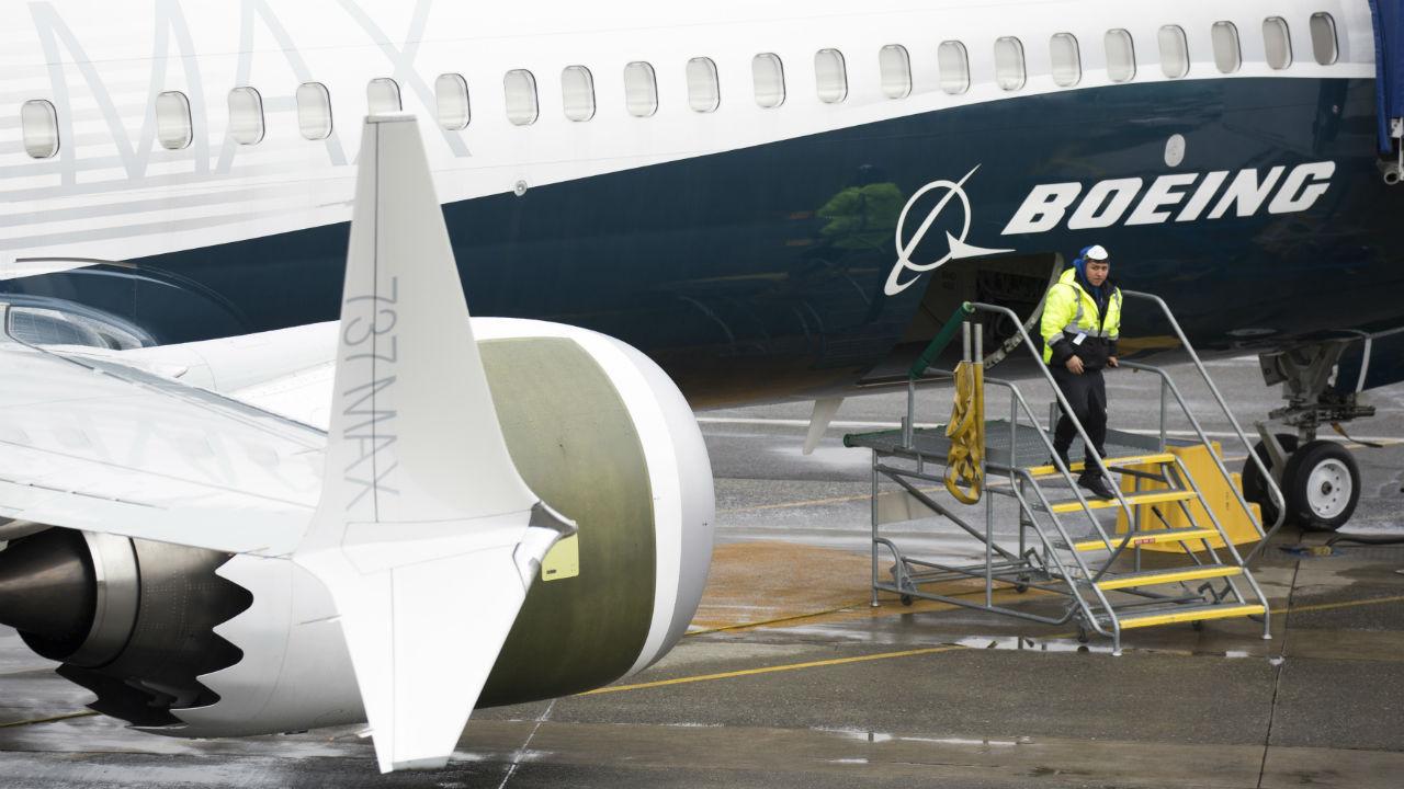Boeing comunicó este viernes que descubrió una nueva falla en el software del avión 737 MAX e indicó que espera resolver el asunto en breve para que no demore más el esperado regreso al servicio del aparato.