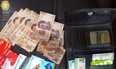policía entregó cartera